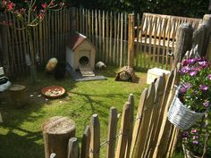 Fence made with tree stakes Rabbit Habitat, Rabbit Enclosure, Palette Deco, Bunny Hutch, Baby Guinea Pigs, Rabbit Hutches, Pet Cage, Woodland Party, Animal House