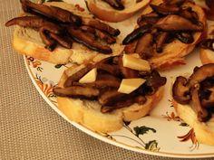 Bruschettas são aperitivos tão práticos e versáteis que só de pensar o estômago já ronca.   Receita completa em http://gordelicias.biz.