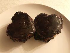 Bolo de chocolate com recheio de baunilha e amora
