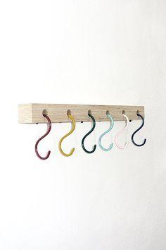 Kapstok KEESJE met 6 S-haken in multicolor is een perfecte kinderkapstok. Je kan de haken los kopen op deze site en dan zelf een balkje naar wens (grootte, kleurtje verven) thuis maken