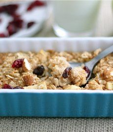 Apple Cinnamon Baked Oatmeal Recipe on twopeasandtheirpo. This easy baked oatmeal is a fall favorite! What's For Breakfast, Breakfast Dishes, Breakfast Recipes, The Oatmeal, Apple Cinnamon Oatmeal, Yummy Oatmeal, Baked Oatmeal Recipes, Baked Oats, Smoothies
