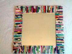 Marco hecho  de rollitos de papel periódico de  colores.
