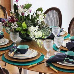 Uma mesa pra se inspirar... Boa noite queridos!💙 No nosso blog muitas fotos e todos os detalhes dessa mesa feita especialmente para um almoço surpresa! Não ficou um charme? 💙 A @luizadoriadecor  criou um arranjo formado por um mix de flores... Muitas Orquídeas, Protéia, Suculentas, Tostão e entre outras a leveza da Avenca! 💚🌸🌿🌺 www.blogreceberbem.com.br (link na bio). #blogreceberbem #receberbem #olioliteam #luizadoriadecor  #tablesetting  #tableware  #tablescape  #tabledecor…