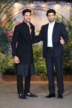 Sidharth Malhotra looked dapper in a black outift and Aditya Roy Kapur donned a black tuxedo! Indian Wedding Suits Men, Indian Wedding Clothes For Men, Sherwani For Men Wedding, Mens Indian Wear, Indian Groom Wear, Indian Wedding Outfits, Sherwani Groom, India Fashion Men, Men's Fashion