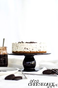 No-Bake Oreo Cheesecake with a Heavenly Chocolate Fudge Sauce (Oreo Cheesecake med Himmelsk Chokladfudgesås)