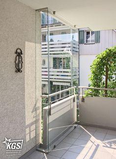 Klarglas-Windfang aus Balkonverglasung aus heissgelagertem Einscheibensicherheitsglas und Verbundsicherheitsglas.