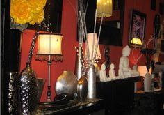 Espacio de nuestra tienda de Madrid, donde se ha combinado artículos decorativos de vanguardia y orientales, en colores actuales como el blanco, negro y plata. http://www.originalhouse.info/