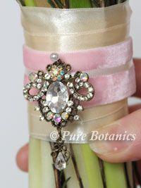 vintage-brooch-bouquet-detailing