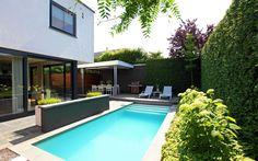 Strakke kleine tuin met zwembad en veranda