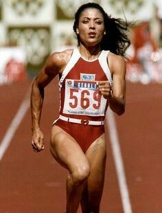The American Florence Griffith Joyner crosses the finnish line, 28 September at the Seoul Olympic Games athletics' competition. She sets a new Olympic record of seconds in the women's 200 meters qualifying heat. Flo Jo, Fit Black Women, Strong Women, Jackie Joyner Kersee, Olympic Records, Justice Clothing, Boxing Workout, Mma Boxing, Sports Stars