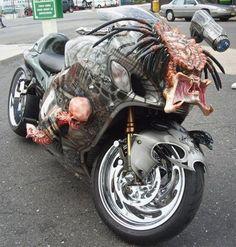 Une moto Predator assez monstrueuse ! Si le canon placé sur le guidon est fonctionnel pour ainsi pouvoir désintégrer les maniaques du code de la route, alors je dis.... Pourquoi pas ? xD