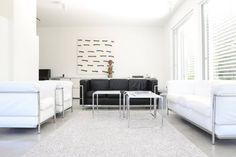 Schwarz-weiße Wohnträume werden in diesem Wohnzimmer zelebriert. https://www.homify.de/ideenbuecher/43524/haus-im-schoensten-teil-von-deutschland