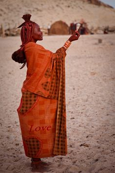 natural beauty in beautiful orange gown with desert backdrop African Tribes, African Women, We Are The World, People Around The World, Kenya, Himba People, Beauty Around The World, Out Of Africa, African Culture