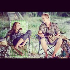 Miley Cyrus Liam Hemsworth The Last Song Liam Hemsworth E Miley, Miley And Liam, Chris Hemsworth, The Last Song Film, Movie Couples, Cute Couples, Jennifer Aniston, Brad Pitt, Movie Photo