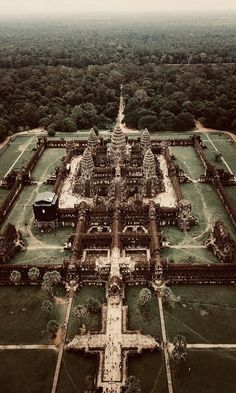 A complete Guide to the Angkor Wat temples in Camdodia 🌎🌴✈ Cambodia Itinerary, Cambodia Travel, Vietnam Travel, Asia Travel, Ancient Greek Architecture, Gothic Architecture, Angkor Wat Cambodia, Mayan Ruins, Amazing Destinations