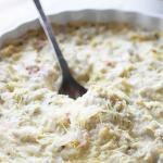 Dip caliente de cangrejo, alcachofas y queso