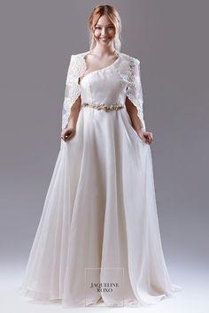 Jaqueline Roxo Atelier | Danielle Silk dress model & Doria Cape model | Vestido de seda modelo Danielle & Capa Doria #JaquelineRoxoAtelier #JRAtelier #Casamento #Wedding #Elopment #silkdress #lace #cape #offwhite #vintage #bespoke #romantic #luxurydress