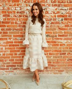 Tras la pista de Paula Echevarría » EVENTO PANTENE. Ivory bell sleeves ruffle midi dress+nude suede pumps+nude and pink jewelry. Spring Day Semiformal Event Outfit 2017