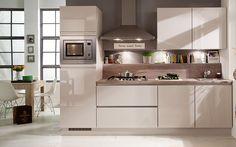 Deze prachtige greeploze keuken straalt klasse uit en brengt rust in de keukenruimte. Onze ontwerpers bewijzen dat zelfs een kleine keuken van veel luxe voorzien kan zijn!   Meer informatie: http://www.i-kook.nl/producten/foggia-0