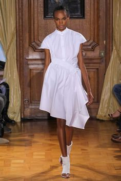 See the complete Viktor & Rolf Spring 2015 Ready-to-Wear collection.