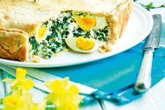Mehvistä broileripaloista, pinaattijuustoseoksesta ja halkaistuista kananmunista syntyy ruokaisa piiras pääsiäiseksi.