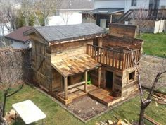 Pallet fort on pinterest pallet playhouse pallets and for Pallet tree fort