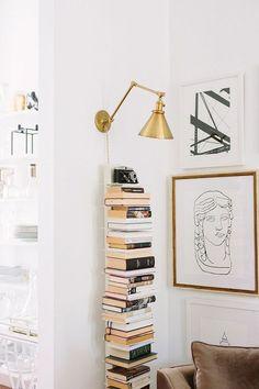 Cooles Bücherregal in der Leseecke mit goldener Leselampe - Ein Wohntraum