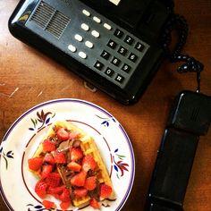 Pausa merenda con dei buonissimi waffles con fragole e Nutella  Ci vorrebbe proprio un po' di relax tra la montagna di studio accumulata nei giorni!