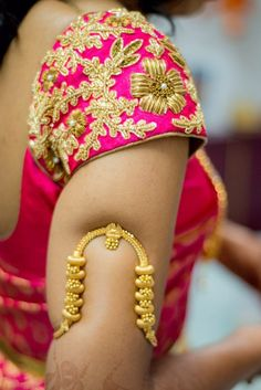 Vanki a traditional south Indian jewelry which is also called Armlet or Bajuband. It is worn at the arms, paired with the attire of saree. Vanki Designs Jewellery, Gold Jewellery Design, Gold Jewelry, Gold Necklace, South Indian Bridal Jewellery, Indian Wedding Jewelry, Indian Jewelry, Wedding Saree Blouse Designs, Yellow Saree