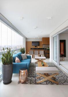 decoração em tons neutros com sofá azul e móveis para varanda ampla