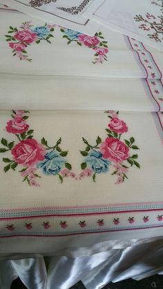 Cross Stitch Rose, Cross Stitch Embroidery, Hand Embroidery, Cross Stitch Patterns, Crochet Bedspread, Small Flowers, Henna Designs, Blackwork, Diy And Crafts