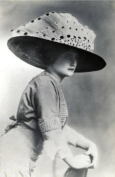 A lady in a wide-lapped hat decorated with bird wings, Paris, 1912 Victorian Life, Victorian Hats, Victorian Women, Edwardian Era, Edwardian Fashion, Vintage Fashion, 1900s Fashion, Vintage Style, Vintage Photos Women