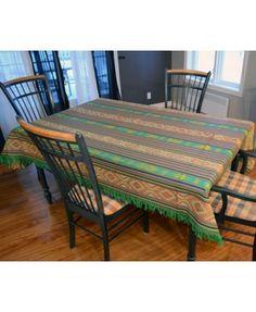 Présentation de la nappe verte éclatante Outdoor Tables, Outdoor Decor, Dining Table, Outdoor Furniture, Home Decor, Green Tablecloth, Home Decoration, Homemade Home Decor, Diner Table
