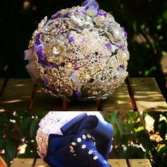 Ramo de broches en azul y plata. #weddingplanner #weddingplannermadrid #LaCasaDeLaNovia #weddingplannerguadalajara #ramodebroches #ramosbonitos #ideasramo #brouchbouquet #bodasenazul #bodasenplata #bodasplateadas #bodasconencanto #bodassofiticadas