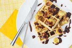 Gaufres au beurre d'arachides et bananes, sauce caramel et chocolat Sauce Caramel, Brunch, Waffles, Cooking Recipes, Breakfast, Food, Pancakes And Waffles, Chocolates, Kitchens