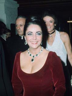 Man hätte auch gleich eine Gallerie mit den ikonischen Schmuckstücken von Elizabeth Taylor machen können. Hier trug sie das berühmte Bulgari Heritage Collection Smaragd Collier, das sie 1964 von Richard Burton zu ihrer Hochzeit bekam. Sie trug das Collier auch 1966 als sie ihren zweiten Oscar bekam.