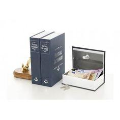 """Pack de 2 unidades Libro-caja fuerte """"camuflada"""". Con la inscripción NAUTICAL DICTIONARY en el dorso y dispuesto entre los libros de una biblioteca, es una excelente forma de esconder ahorros u objetos de valor. Las tapas son de cartón rígido. En el interior se encuentra una caja de metal compuesta de una cerradura y dos llaves.   Medidas:Alto:24.20xLargo:15.50xAncho:5.50cm.  Peso:0.86Kgs."""