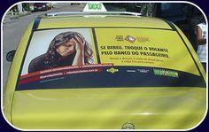 """Campanha de fim de ano: """"Bebida e direção. O efeito do álcool passa, a culpa fica para sempre"""" nos táxis em vários pontos do país."""