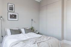 åpent hus: Skjønn sekelskifteleilighet / Old Swedish city apartment Scandinavian Apartment, Scandinavian Interior, Manly Living Room, Greige, Bunk Bed With Desk, Gravity Home, Warm Grey, Home Bedroom, Bedrooms