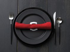 I love this setting!    What a delightful place setting.    Yes! (Note to self: buy vampire teeth for the next time you have folks over for dinner.)