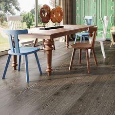 Eik Buffalo er et mørkt gulv med rolig fargespill og noe kvist. Parkettgulvet er beiset to ganger med en brunsort farge. Dette gir gulvet et eksklusivt og elegant uttrykk. Det er en hvit farge i den børstede strukturen, noe som gir et spennende uttrykk i parkettgulvet. Dining Table, Furniture, Home Decor, Beige, Modern, Homemade Home Decor, Diner Table, Dinning Table Set, Home Furnishings