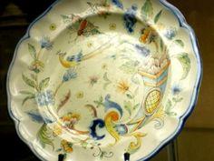 Assiette polychrome à décor de fleurs et d'oiseaux. Musée de Toul. Photo M. Heilig