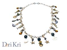 Charm pearl necklace with sea shells. Long golden pearl dangle necklace featuring sea shells bangles and fish, stars hearts pendants. OOAK di DoriKri su Etsy