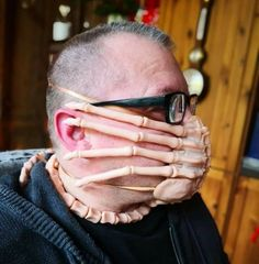 Using a 'Alien' Facehugger As a Protective Face Mask Scary Faces, Funny Faces, Diy Mask, Diy Face Mask, Face Masks, Halloween Face Mask, Morbider Humor, Face Baking, Cosplay Weapons