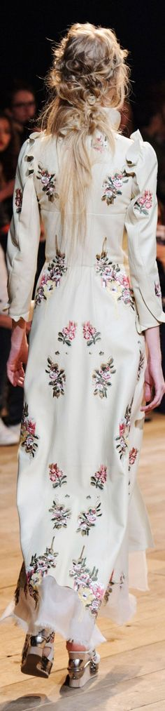 Alexander McQueen Spring 2016 www.lab333.com www.facebook.com/pages/LAB-STYLE/585086788169863 http://www.lab333style.com https://instagram.com/lab_333 http://lablikes.tumblr.com www.pinterest.com/labstyle