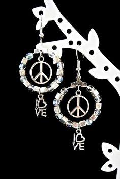 """Boucles d'oreilles créoles argentées """"Peace & Love"""" : Boucles d'oreille par lizou-sen-fout"""