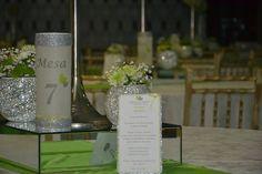Vista mesas - casamento branco,prata e verde - ementa e marcador de mesa tubular com vela no interior.