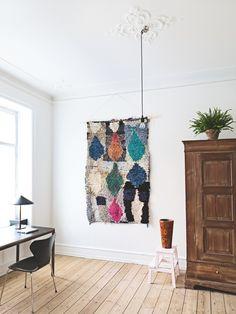 Er du forelsket i farvestrålende tæpper, unikke kunstprint og sjove vintagefund, så glæd dig til at dykke ned i Karen Maj Kornums univers
