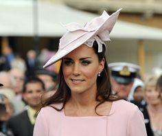 Pin for Later: Die 27 besten Hüte, die Kate Middleton je getragen hat 2012 bei einer Gartenparty im Buckingham Palast von London                                                                                                                                                                                 Mehr