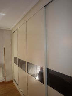 Puerta corredera lacada con franja de cristal lacada negra, cambiable de color. Divider, Room, Furniture, Home Decor, Back Painted Glass, Sliding Door, Wardrobes, Doors, Crystals
